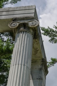 Memorial colonnade to the battle